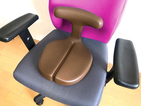 椅子に置かれたアーユル メディカルシート