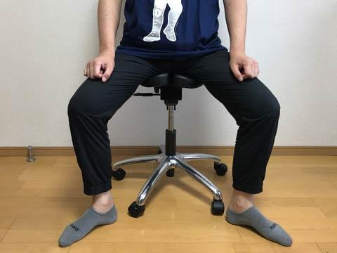 足を開いて座る
