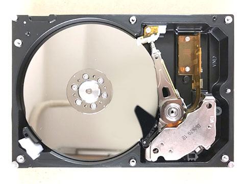 蓋を外したHDD
